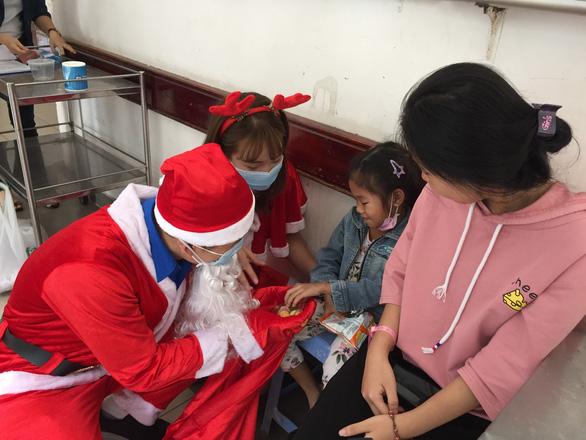 Giáng sinh mang điều bất ngờ đến với bệnh nhi - Ảnh 4.