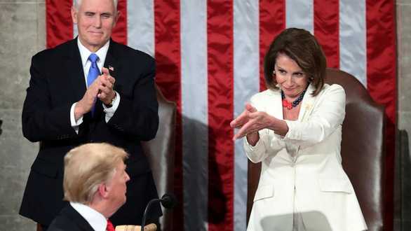 Bà Nancy Pelosi đòi túm tóc ông Trump lôi ra khỏi Nhà Trắng - Ảnh 1.