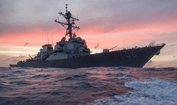 Tàu khu trục USS John S. McCain của Mỹ tới Trường Sa, Trung Quốc điều quân đội xua đuổi - Ảnh 1.