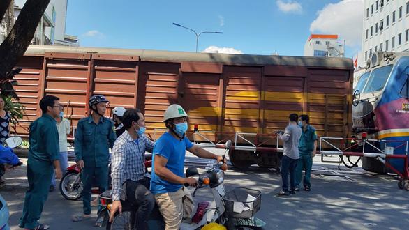 TP.HCM: Băng qua đường ray phơi đồ, một phụ nữ bị xe lửa cán chết - Ảnh 3.