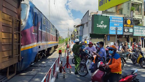 TP.HCM: Băng qua đường ray phơi đồ, một phụ nữ bị xe lửa cán chết - Ảnh 1.