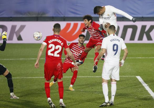 Đánh bại Granada, Real Madrid tiếp tục bằng điểm Atletico Madrid - Ảnh 2.