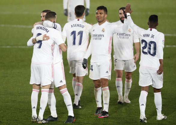 Đánh bại Granada, Real Madrid tiếp tục bằng điểm Atletico Madrid - Ảnh 1.