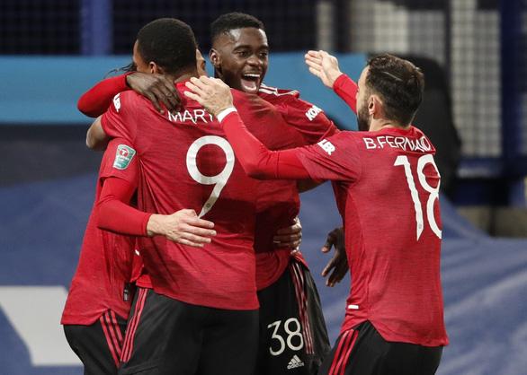 Bùng nổ những phút cuối, Man Utd đánh bại Everton và đi tiếp ở Cúp Liên đoàn - Ảnh 1.