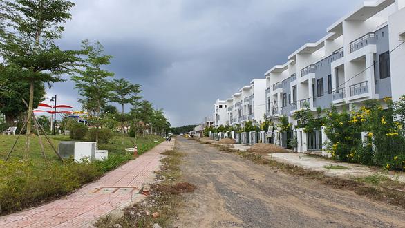 Vụ xây trái phép 488 căn nhà: Chủ tịch huyện nói 'sai rồi, phải xử trách nhiệm từng cá nhân' - Ảnh 4.