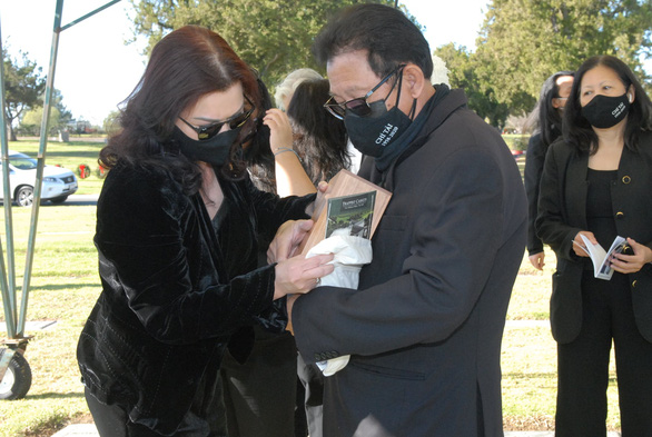 Tro cốt cố nghệ sĩ Chí Tài đã an vị tại nghĩa trang Holy Sepulcher Cemetery - Ảnh 5.