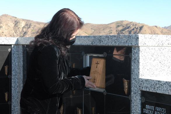 Tro cốt cố nghệ sĩ Chí Tài đã an vị tại nghĩa trang Holy Sepulcher Cemetery - Ảnh 1.