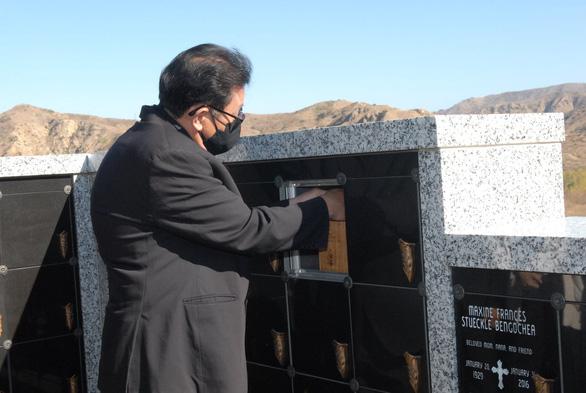 Tro cốt cố nghệ sĩ Chí Tài đã an vị tại nghĩa trang Holy Sepulcher Cemetery - Ảnh 7.