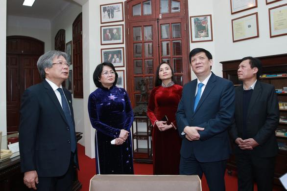 Giám đốc Bệnh viện Hữu nghị Việt Đức nhận danh hiệu Anh hùng lao động - Ảnh 1.