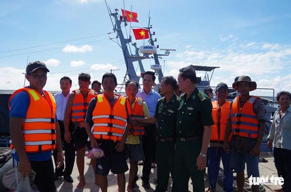 Cứu 9 ngư dân tàu đánh cá bị chìm trên biển Gò Công - Ảnh 1.