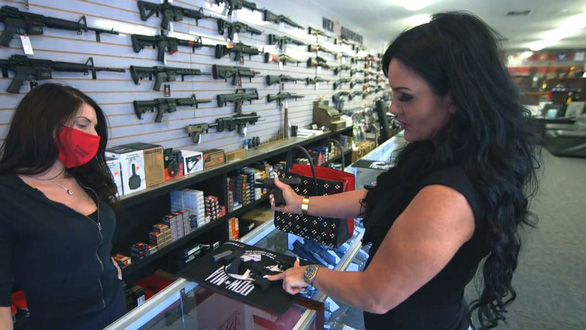 Người Mỹ mua tới 21 triệu khẩu súng trong năm 2020, vì sao? - Ảnh 1.