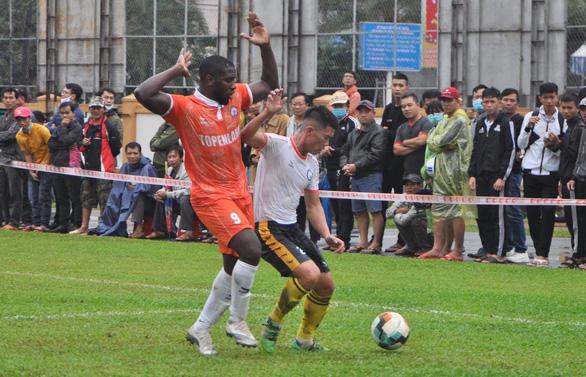 Điểm tin thể thao tối 25-12: CĐV đội mưa xem Bình Định đá giao hữu, ĐH Cần Thơ vô địch SV-League - Ảnh 2.