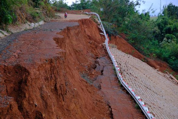 Vẫn chưa khắc phục được con đường 27 tỉ chưa bàn giao đã vỡ toác - Ảnh 2.