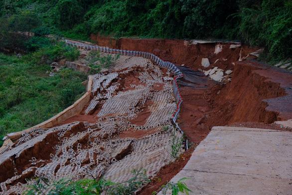 Vẫn chưa khắc phục được con đường 27 tỉ chưa bàn giao đã vỡ toác - Ảnh 1.