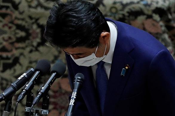 Ông Abe phải xin lỗi vì cấp dưới đãi ăn người ủng hộ ông - Ảnh 1.