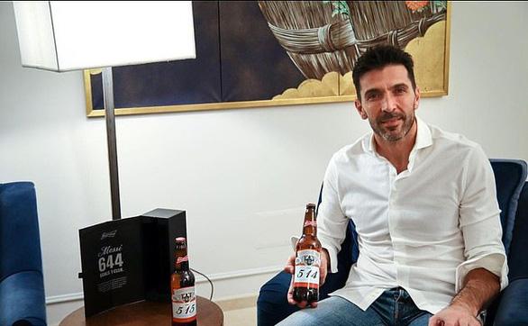 Thủ môn Casillas được tặng 17 chai bia vì... bị Messi đá thủng lưới 17 lần - Ảnh 1.