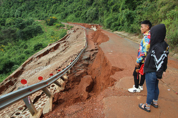 Vẫn chưa khắc phục được con đường 27 tỉ chưa bàn giao đã vỡ toác - Ảnh 4.
