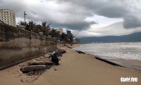 Bờ biển du lịch Đà Nẵng tiếp tục sạt lở nặng - Ảnh 4.