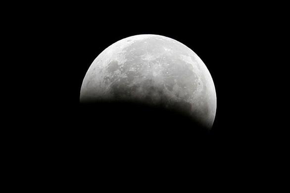 Dùng AI, khoa học phát hiện 100.000 hố núi lửa trên Mặt trăng - Ảnh 1.