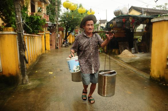 Người giữ nghề gánh nước ở Hội An - Ảnh 1.