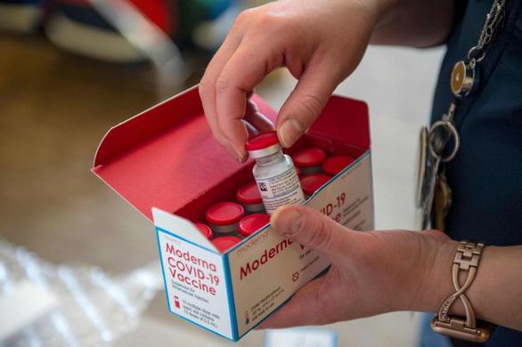 Bác sĩ Mỹ bị sốc phản vệ sau khi tiêm vắc xin của Moderna - Ảnh 1.