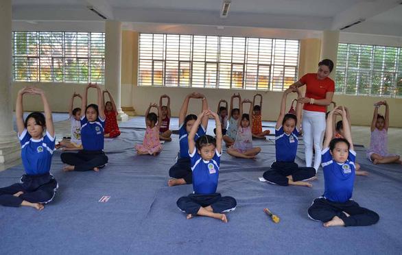 Người dạy yoga miễn phí ở trường học - Ảnh 1.