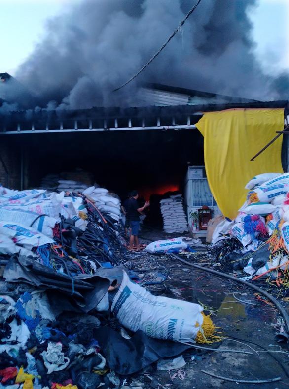 Hai nhà xưởng ở Bình Chánh bốc cháy lúc rạng sáng - Ảnh 3.