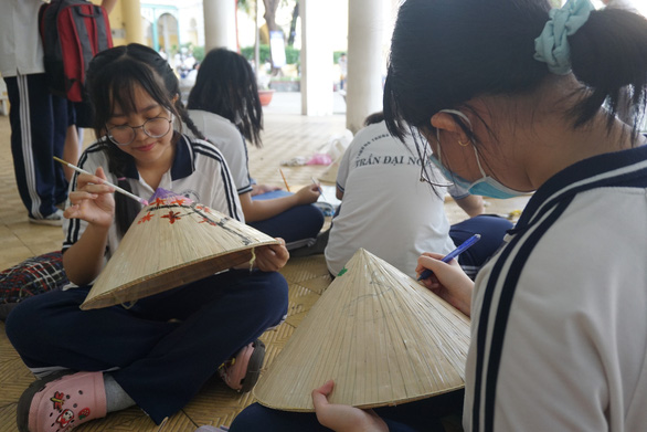 Học sinh tự trang trí ghế đá, sắp xếp sách trong thư viện, làm đẹp cảnh quan trường - Ảnh 2.