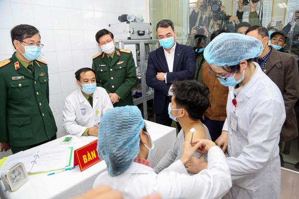 Ai sẽ được tiêm vắc xin ngừa COVID-19 đầu tiên tại Việt Nam? - Ảnh 1.