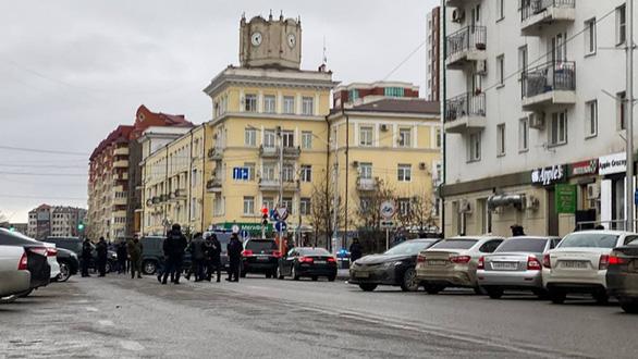 Bất ổn tại Nga, hai anh em cầm dao đâm chết một cảnh sát - Ảnh 1.