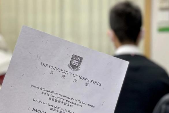 Giáo viên Hong Kong bị đòi lại lương vì dạy không đúng chuyên môn bằng cấp - Ảnh 1.
