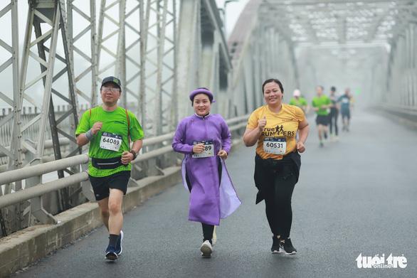 Mặc áo dài chạy marathon ở Huế: Có phi thể thao, có phản cảm? - Ảnh 2.