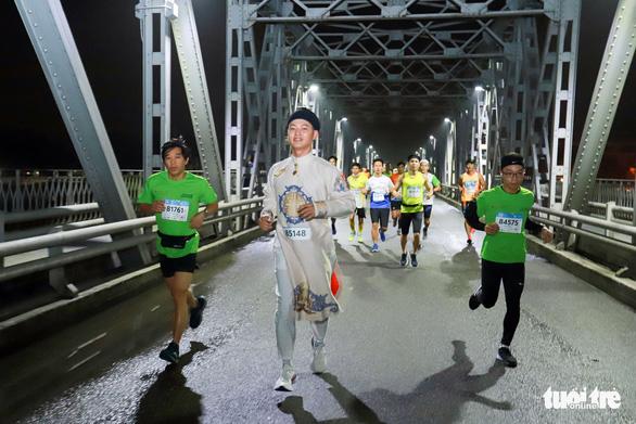 Mặc áo dài chạy marathon ở Huế: Có phi thể thao, có phản cảm? - Ảnh 3.