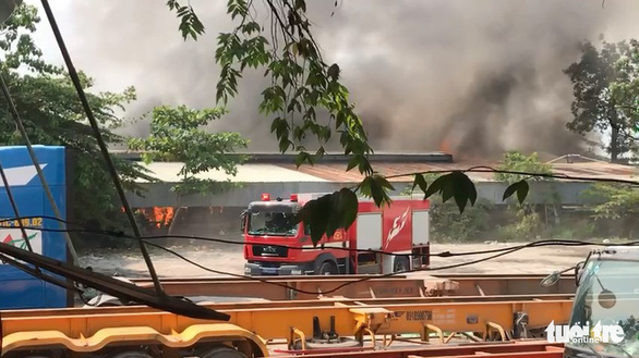 Cháy lớn xưởng gỗ ở quận 9, TP.HCM - Ảnh 2.