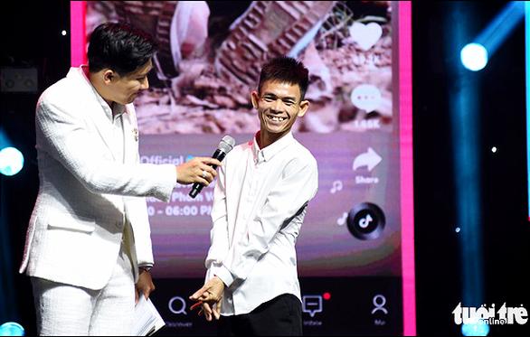Chàng trai chăn bò Sô Y Tiết nhận giải truyền cảm hứng Tik Tok Awards - Ảnh 3.