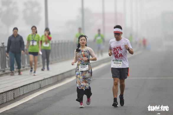 Mặc áo dài chạy marathon ở Huế: Có phi thể thao, có phản cảm? - Ảnh 1.