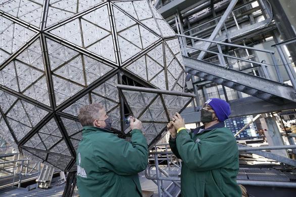 Mặc kệ COVID-19, New York vẫn thay quả cầu pha lê chào năm mới - Ảnh 3.