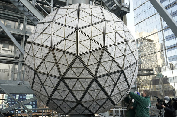 Mặc kệ COVID-19, New York vẫn thay quả cầu pha lê chào năm mới - Ảnh 4.