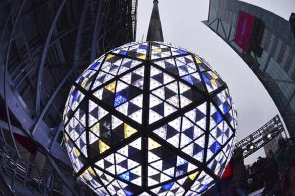Mặc kệ COVID-19, New York vẫn thay quả cầu pha lê chào năm mới - Ảnh 6.