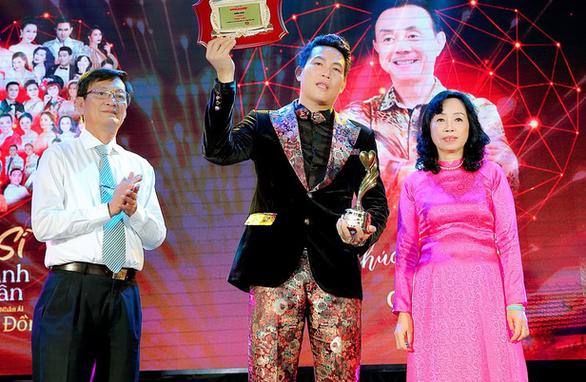 Vinh danh nghệ sĩ Chí Tài tại Gala nghệ sĩ, doanh nhân có trái tim nhân ái - Ảnh 1.