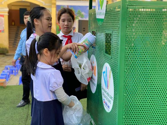 Phân loại rác thải tặng học bổng cho trò nghèo - Ảnh 1.