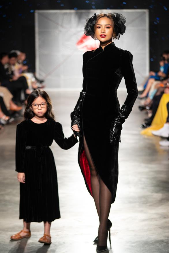 Lan Khuê hóa phượng hoàng trong đêm bế mạc lễ hội thời trang quốc tế 2020 - Ảnh 4.