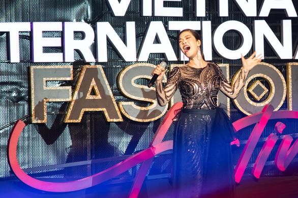 Lan Khuê hóa phượng hoàng trong đêm bế mạc lễ hội thời trang quốc tế 2020 - Ảnh 5.