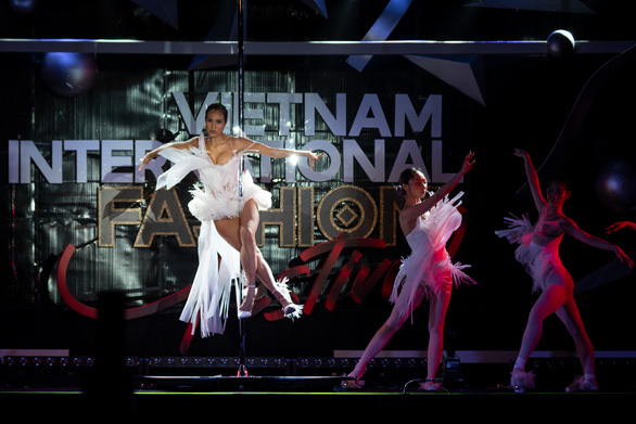 Lan Khuê hóa phượng hoàng trong đêm bế mạc lễ hội thời trang quốc tế 2020 - Ảnh 6.