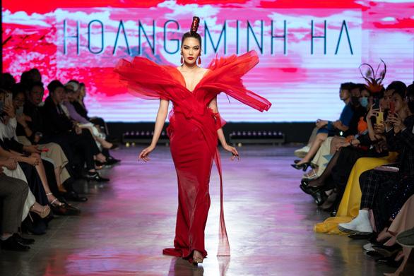 Lan Khuê hóa phượng hoàng trong đêm bế mạc lễ hội thời trang quốc tế 2020 - Ảnh 1.