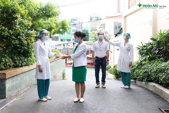 Kiểm soát lây nhiễm COVID-19 thách thức của các bệnh viện - Ảnh 1.