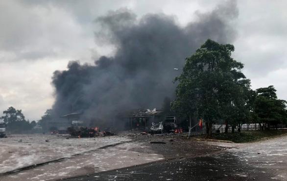 Xe chở pháo hoa bất ngờ phát nổ, 4 người Việt bị thương trên đất Lào - Ảnh 1.