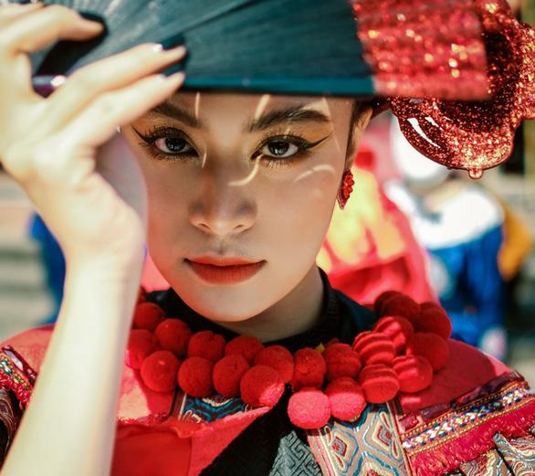 Xuân phát tài lần đầu mời Hoàng Thùy Linh, giảm bolero để xua nỗi buồn COVID-19 - Ảnh 1.