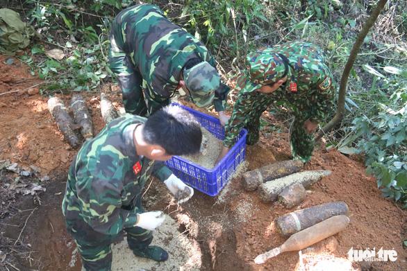 Đào móng làm nhà phát hiện 2 tấn bom mìn - Ảnh 1.