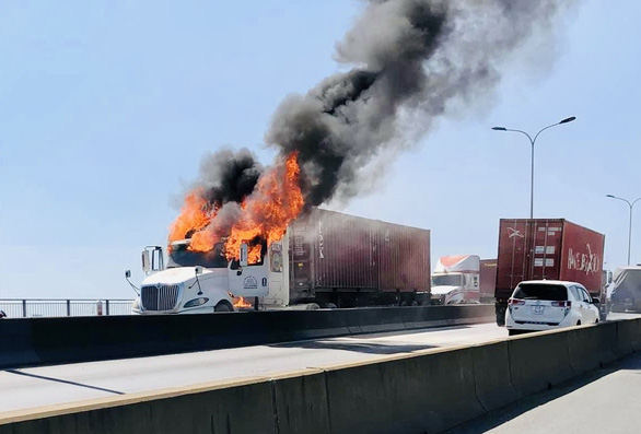 Xe container bốc cháy ngùn ngụt, cầu Phú Mỹ kẹt cứng - Ảnh 1.